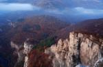 На зазоряване. Скали над село Гара Лакатник.