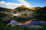 Муратов връх се оглежда във водите на... Муратово езеро :-)